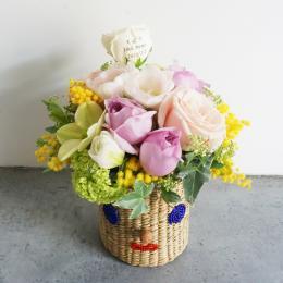 【花に記念日プリント】スマイルカゴと季節のフラワーアレンジメント(春) 生花・フェアトレード商品