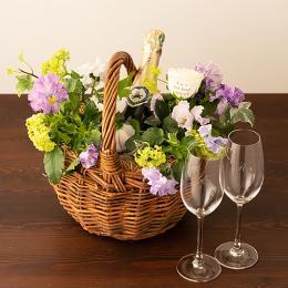 季節のアレンジメント(ビオラシーズナブル)+シャンパン(ブランド・ブラン)+彫刻ペアグラス