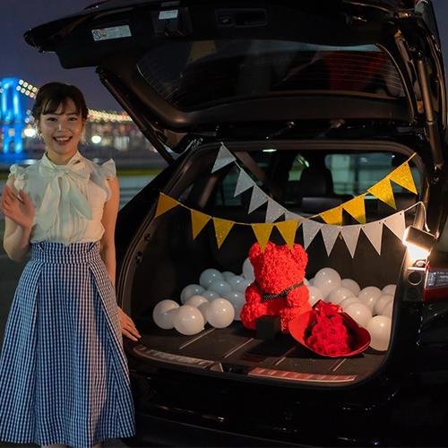 【車でサプライズ】幸せを呼ぶローズテディベア + 生花12本ダズンローズ + 装飾セット