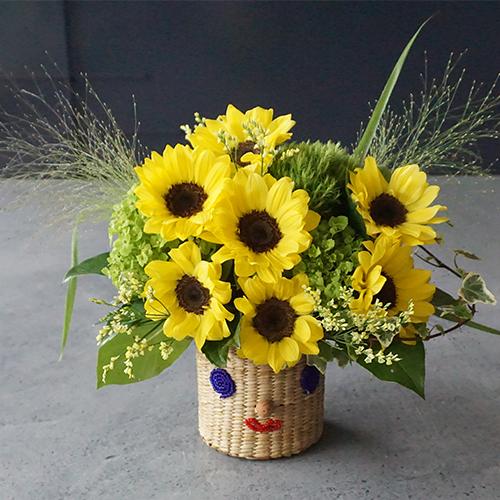 【花に記念日プリント】スマイルカゴと季節のフラワーアレンジメント(ひまわり 生花・フェアトレード商品