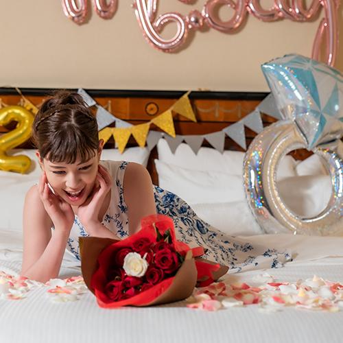 """【ホテルでプロポーズ】 彼女の年齢に合わせて""""選べる花束""""+フラッグ装飾セット"""