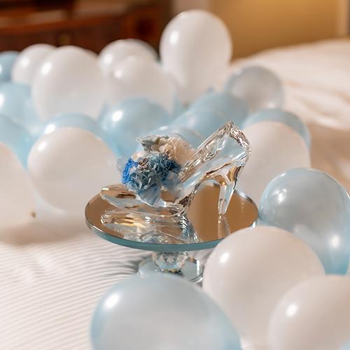 【ホテルでプロポーズ】花に名入れ シンデレラの靴クリスタルガラス≪Pブルー≫+フラッグ装飾セット