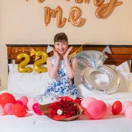 【ホテルでプロポーズ】 3回生まれ変わってもあなたを愛しますと誓う33本の花束+フラッグ装飾セット