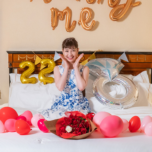 【ホテルでプロポーズ】 3回生まれ変わってもあなたを愛しますと誓う33本の生花束+フラッグ装飾セット