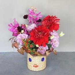 【花に記念日プリント】スマイルカゴと季節のフラワーアレンジメント(秋) 生花・フェアトレード商品